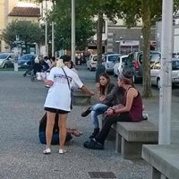 La distribuzione del volantino nelle mani delle persone: strategia sempre vincente